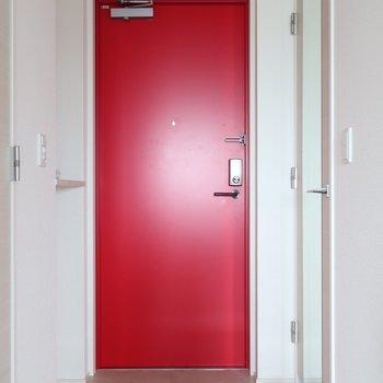 赤いドアが印象的な玄関です※写真は15階の同間取り別部屋、通電前のものです