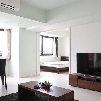 奥のベッドルームにまでこだわりたいですね※写真は15階の同間取り別部屋、通電前のものです