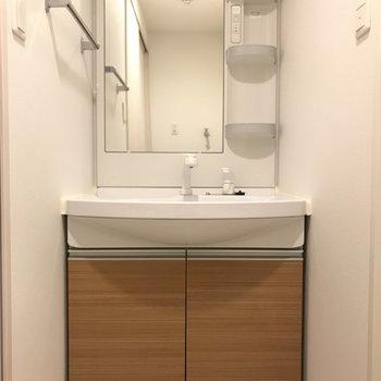 キッチンとお揃いカラーが素敵な洗面台です。※写真は9階の同間取り別部屋のものです