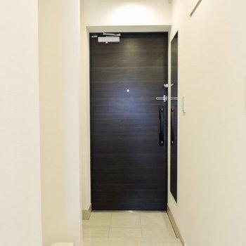 玄関も清潔感があります。洗濯機は玄関横