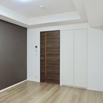 扉と床の色が異なっていてアクセントになります※写真は2階の同間取り別部屋のものです