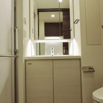 きれいな洗面台で準備をしましょう※写真は2階の同間取り別部屋のものです