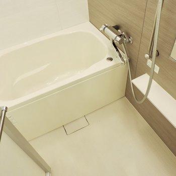 棚もついていてお手入れが楽そう、浴室乾燥機付き※写真は2階の同間取り別部屋のものです