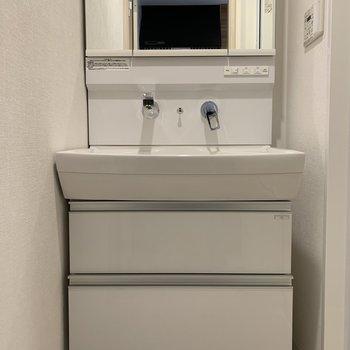 洗面所の下も収納!鏡の後ろも収納!