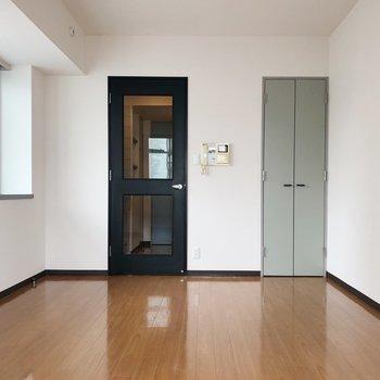 右の扉は何色でしょう?