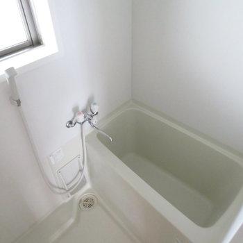 お風呂には小窓付き
