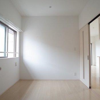 こちら玄関側の洋室。ゆったりとした使いやすい広さですね。 ※写真は6階の同間取り別部屋のものです