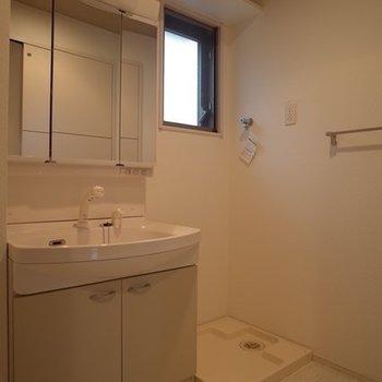 大きな洗面台で朝シャンもできそ ※写真は6階の同間取り別部屋のものです