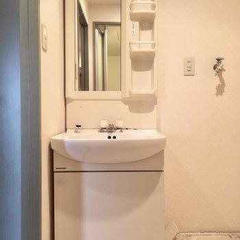 洗面台もしっかりサイズ。小物も置きやすい棚も付いています。(※写真は清掃前のものです)