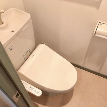 トイレはややコンパクトだけど、ウォシュレット付き!(※写真は清掃前のものです)