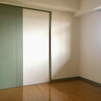 窓の外は共用廊下につながっています。(※写真は清掃前のものです)