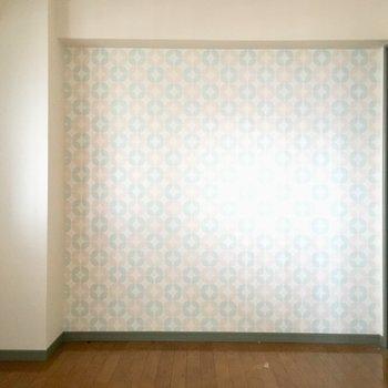 こちらは5.1帖の洋室。アサガオみたいで可愛いなぁ。(※写真は清掃前のものです)