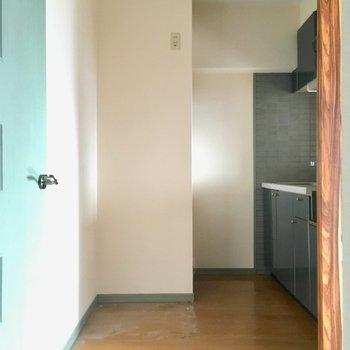 キッチン後ろも広々しています。大きな冷蔵庫も置けそうですね。(※写真は清掃前のものです)