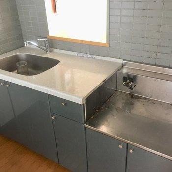 コンロは持ち込みです。食器はこまめに洗いましょうね。(※写真は清掃前のものです)