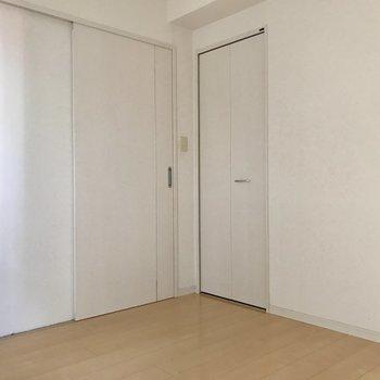 もうひとつの洋室も白を基調としています。※写真は14階の同間取り別部屋のものです