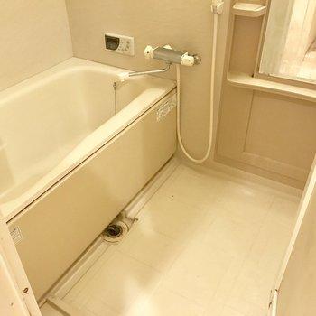 シンプルなバスルーム。鏡が付いているのは嬉しい!※写真は14階の同間取り別部屋のものです