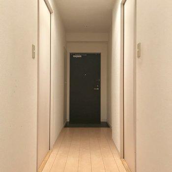 右側が脱衣所、左は洋室。※写真は14階の同間取り別部屋のものです