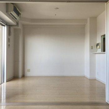 写真左奥にテレビを置いて、余った壁にも寄せて家具を置きたいな。※写真は14階の同間取り別部屋のものです