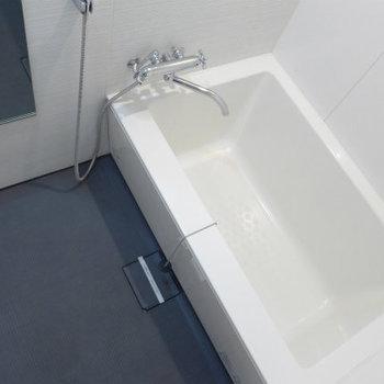 お風呂も広くて清潔感ばっちり!※写真は10階の反転間取り別部屋のものです