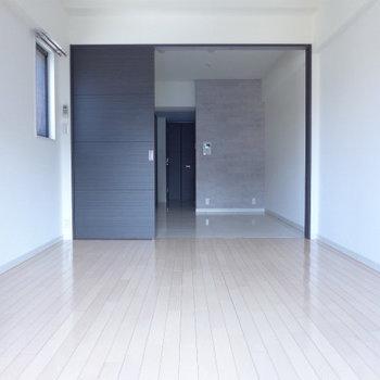 洋室は8.5畳!広いです!※写真は10階の反転間取り別部屋のものです