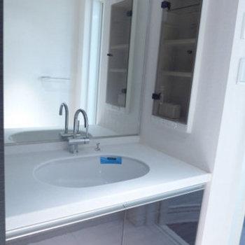 洗面台は広く、鏡も大きい!※写真は10階の反転間取り別部屋のものです