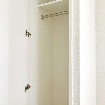 キッチンと洋室の間にコンパクトな収納。(※写真は清掃前のものです)