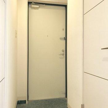 傘立ては玄関とイラに磁石でくっつけるタイプのものがおすすめ。(※写真は清掃前のものです)