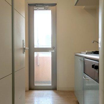 洋室からキッチンを見ると。奥の扉は?(※写真は清掃前のものです)