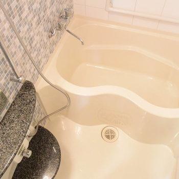 タイルとカーブが美しいお風呂