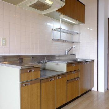 キッチンコンロは置き型になります。