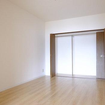 こちらは洋室。キングサイズも置けるスペースあり◎