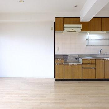 白の壁にレトロなキッチンがどこか落ち着きを与えてくれる。