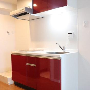 落ち着いた赤茶色ボードのキッチン