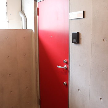 玄関は真っ赤です