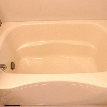 浴槽は深く温まれそう