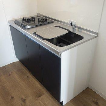 【LDK】キッチンはコンパクトですが周りに棚などが置けそう