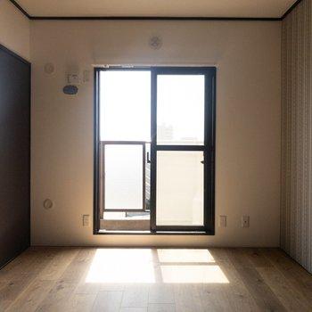 【洋室】こちらは寝室に。日差しが気持ちいい