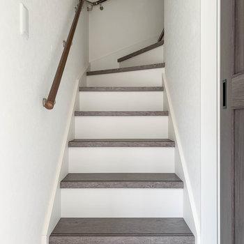 【1階】玄関前に階段があります。さて、次は1階を見て行きましょう。