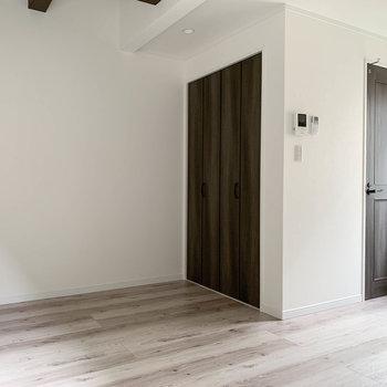 【2階】収納の奥側、階段の前の扉がトイレです。