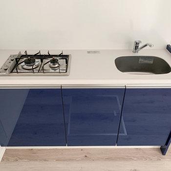 【1階】キッチンは自炊派に頼もしい二口ガス。ガス台もかわいいね。