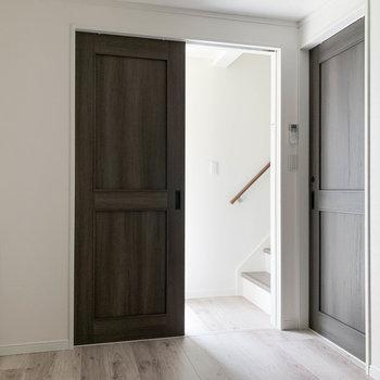 【1階】キッチン側から見ると。正面の扉は玄関と階段。右の扉がサニタリー。