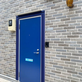 玄関扉もブルー。細部にはブルーを遇らうのがこだわり。