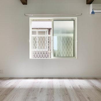 【2階】窓を正面に、左右に空間が広がります。