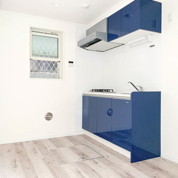 【1階】小窓とキッチンのブルーがアクセントのお部屋。