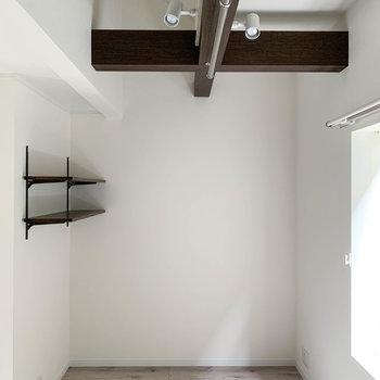 【2階】左側。梁があり、天高の2階。さりげなくついた棚も良い。