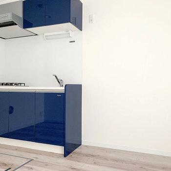 【1階】キッチン横のスペース。大型の冷蔵庫も置けそう。