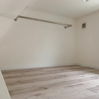 【ロフト】さて、さらに階段を上がると。屋根裏部屋的ロフトです。