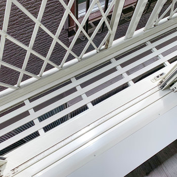 ベランダはないのですが、2階窓部分にはフラワーボックスが。