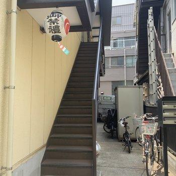 ちょっと長めの階段を上がります