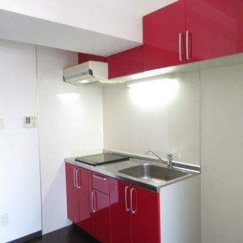 キッチンの上も下も真っ赤です
